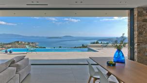 Panoramatický výhled na zátoku Tolo a Argolský záliv: Architektura Vily NafplioBlu naplno využívá všech přírodních krás tohoto výjimečného pozemku. (Zdroj fotografií: Schüco, Konstantinos Thomopoulos)