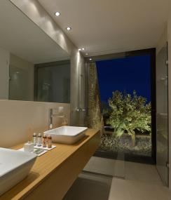 Velkorysé výhledy na okolní olivový háj z koupelny: otvíravě-sklopné okno Schüco AWS 70 BS.HI. (Zdroj fotografií: Schüco, Konstantinos Thomopoulos)