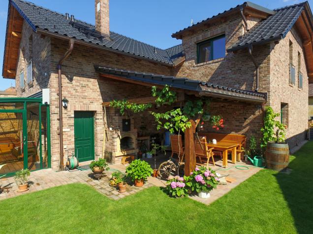 Cihla si dobře rozumí s každou barvou oken, střechy nebo se dřevem (Zdroj: Klinker Centrum s.r.o.)