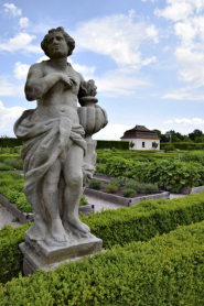 Při návštěvě zahrady se najednou ocitnete v úplně jiném století, atmosféru tady dotváří hlavně četná sochařská výzdoba
