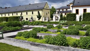 Bylinková zahrada v Kuksu v sobě nese především odkaz hraběte Františka Antonína Šporka, který zde nechal v celém areálu zámeckého parku vybudovat jedinečné architektonické a krajinářské dílo prolínající se s volnou krajinou