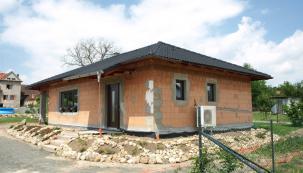 Hlavním tématem při stavbě domů, škol a budov od roku 2020 je nulová spotřeba energie. Snulovou spotřebou energie se budou nyní muset stavět všechny budovy. A právě společnost KM Beta ktomu má také co říct. Přesně těmi potřebnými vlastnostmi se totiž vyznačuje pálené zdivo KMB PROFIBLOK. Oproti konkurenci je pevnější a teď navíc ještě mnohem levnější. (Zdroj: KM Beta)