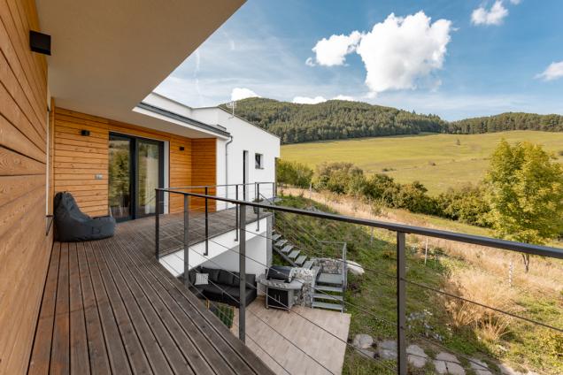 Dům ukrytý mezi horami u Žiliny vyniká propojením architektury sokolím. Celkové vyznění přirozenosti a jednoduchosti podtrhuje i projekt zahrady, která je inspirována původními rostlinami a dřevinami. I když původně chtěl majitel použít dřevo i při výstavbě domu, pro atypicky tvarovaný dům se jako mnohem vhodnější ukázal pórobeton Ytong. (Zdroj: Xella CZ)