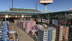 Hornbach částečně obnovuje provoz – nově se otevírá pro běžné zákazníky venkovní avnitřní zahrada. Profizákazníci mohou po dodržení všech pokynů nakupovat vcelé prodejně. Všem zákazníkům nabízí Hornbach možnost nákupu online sdoručením domů nebo svyzvednutím na vybraných prodejnách. (Zdroj: HORNBACH)