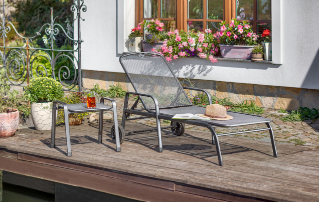 Polohovací lehátko z řady zahradního nábytku z tahokovu Savoy má pevný výplet s oky ve tvaru kosočtverce a je v horní části opěradla zdobeno elegantním ornamentem. Praktická podnožka ze stejné řady je vybavena dvěma madly pro snadný přesun i případné stohování a může sloužit také jako odkládací stolek. (Zdroj: Mountfield)