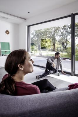 Jak již bylo mnohokrát řečeno, výměna starých oken za nová, modernější, znamená nejen zvýšení uživatelského komfortu a významnou energetickou úsporu, ale rovněž také zhodnocení nemovitosti. (Zdroj: REHAU)