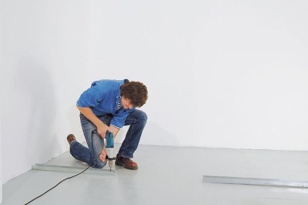 3. Na podlahu i na strop připevněte vodicí UW profily vhodnými připevňovacími prostředky dle druhu podkladu (na betonovou podlahu použijte plastové natloukací hmoždinky). Vzájemná rozteč připevnění je max. 800 mm, v rozích je vzdálenost prvního připojení od rohu maximálně 200 mm