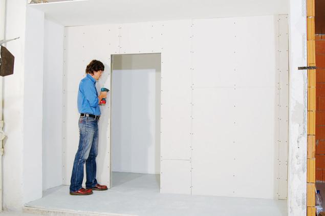8. Obložte příčku sádrokartonem z druhé strany. U opláštění z desek šíře 1 250 mm (1 200 mm) se začíná deskou poloviční šířky 625 mm (600 mm), aby proti svislé spáře byla na opačné straně příčky plná plocha desky. Spáry u podlahy vyplňte tmelem