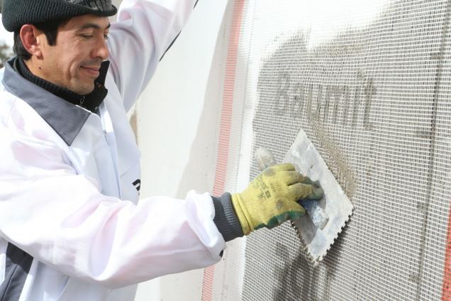 Vytváření výztužné vrstvy vložením sklotextilní síťoviny Baumit KeraTex (Zdroj: Baumit)