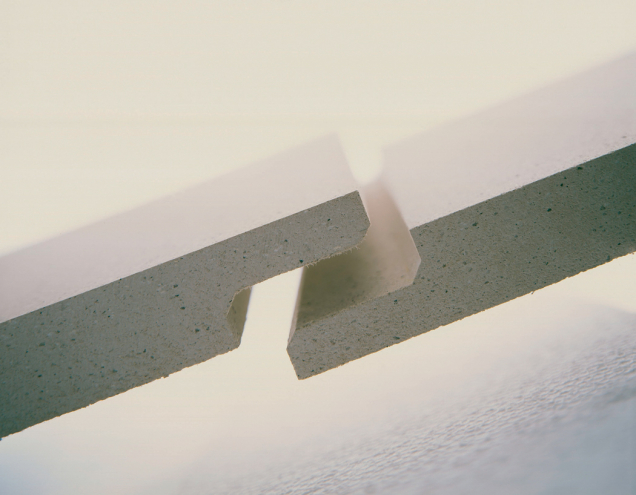 Do desky Brio se při výrobě vyfrézují po obvodě velmi přesné polodrážky, které umožní pevnější a extrémně přesné spojení. (Zdroj: Knafu)