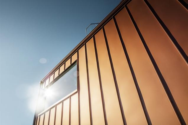 Sídliště Josefinesvingen na kopci v norském Trondheimu se pyšní jedinečnou anetypickou stavbou: třiadvaceti rodinnými domy spestrobarevnou hliníkovou fasádouznačky PREFA. Díky tomu se tu mění atmosféra doslova každým okamžikem, vzávislosti na dopadu světla, denní době iročním období. (Zdroj: PREFA)
