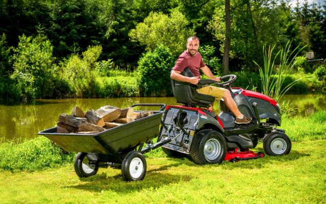 Zahradní traktory jsou nedílnou součástí řady domů s většími pozemky. Zdaleka to nejsou jen prvotřídní sekačky trávy na velkých plochách, ale díky široké škále příslušenství se jedná o stroje využitelné po celý rok.  (Zdroj: Mountfield)