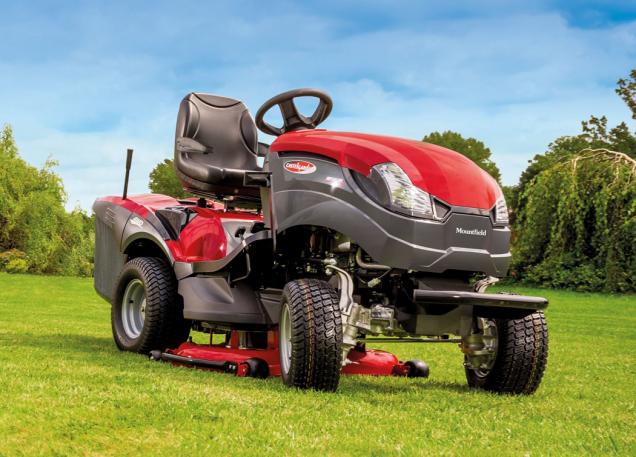 Zahradní traktor XHTY 240 4WD patří k tomu nejlepšímu, co si v dané komoditě můžete pořídit. Díky pohonu všech čtyř kol trumfuje při práci ve složitějším terénu nebo za ztížených podmínek. (Zdroj: Mountfield)