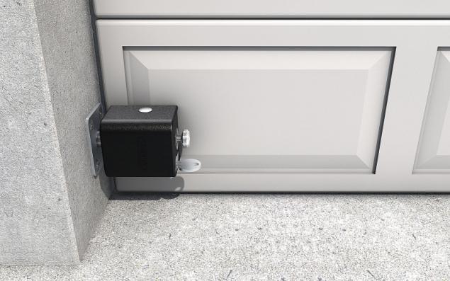X SAFETY BOX II je uzamykací bezpečnostní systém pro jednokřídlé dveře, brány a mříže nebo stahovací garážová vrata a je extrémně odolný proti hrubému násilí (TOKOZ)