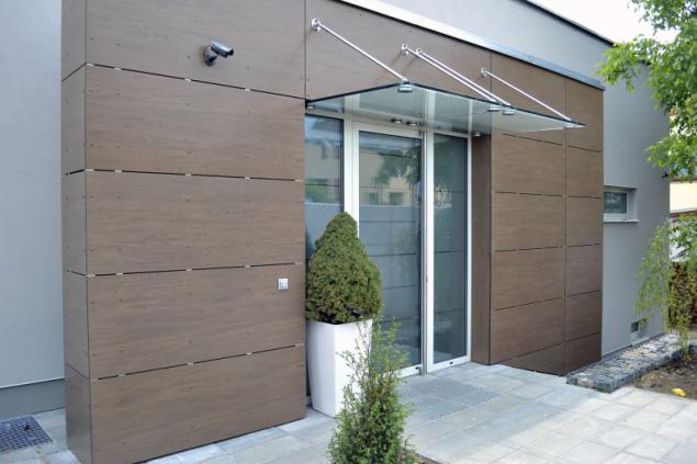 Vchodové dveře ochráníte bezpečnostním sklem, kamerou, dveřním magnetem nebo detektorem pohybu (DAFE PLAST)