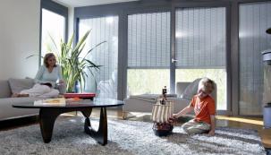 Stavebníci často investují do robustních vchodových dveří, ale podceňují právě zabezpečení oken či dveří. Ke vniknutí potom stačí pachatelům nadzvednout okenní křídlo, odemknout šroubovákem obvodové kování, nebo prostě vybít skleněnou tabuli a otočit zevnitř kličkou