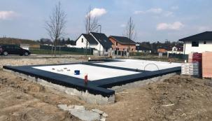 Posláním základových konstrukcí je přenos váhy stavebního díla na podloží. Vedle statického hlediska je velmi důležité i omezení tepelných ztrát