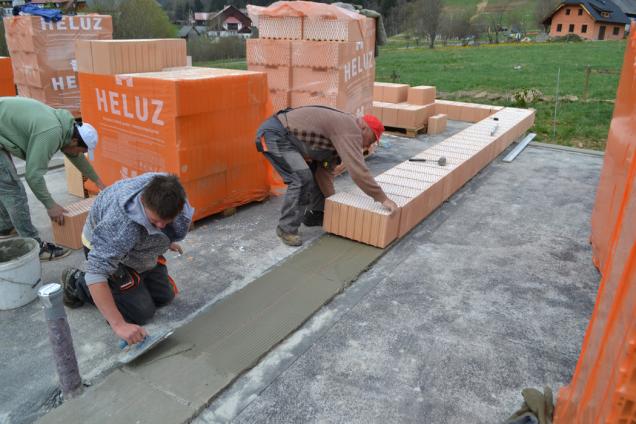 2. Založí se první řada zdiva z broušených cihel obvykle do jeden den zralé zakládací malty – podrobnosti v prováděcí příručce. (Zdroj: HELUZ)