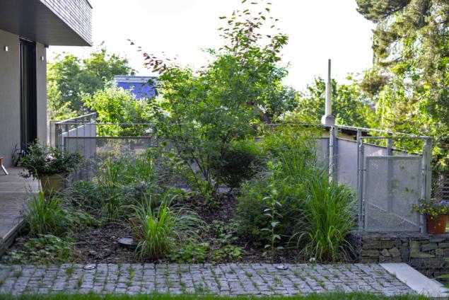 Zajímavě působí žulové kostky na vstupní cestě k domu. Známe je spíše z městských parků nebo ulic, ale je to materiál, který nezklame snad u žádného typu architektury
