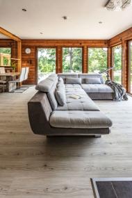 Sedací souprava je orientována tak, aby si sedící mohli co nejvíce vychutnat výhled na jezírko a úchvatnou okolní přírodu