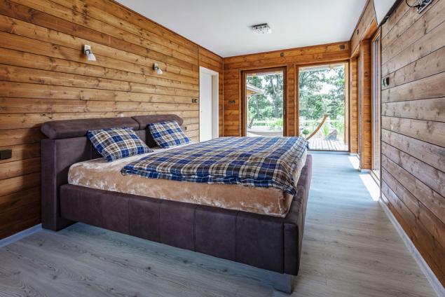 Majitel domu si přál mít vizuální kontakt se zahradou jak z obývacího pokoje, tak z ložnice