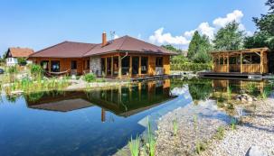 Hlavní ideou bylo vytvořit přízemní dům v maximálním kontaktu s přírodou. Tomu maximálně napomáhají dva prosklené rohy, které směřují k biotopovému jezírku v zahradě