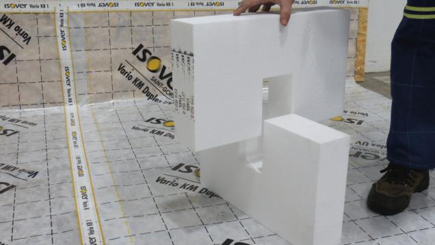 2. Nosné polystyrenové kříže 100 × 500 mm s výškou 200 nebo 300 mm zajišťují snadné a rychlé sesazení. Při krajích řešeného prostoru se vždy začíná a končí nosnými kříži.