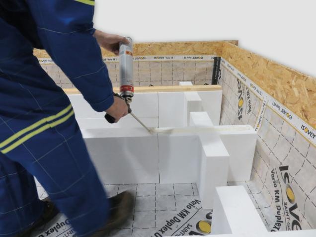 4. Nanesení speciálního PUR lepidla na spojení dřeva a EPS po celé délce konstrukce.