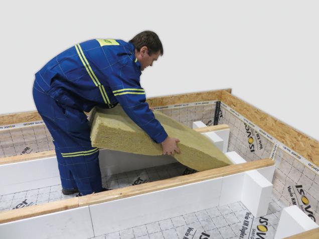 6. Desky minerální izolace ISOVER Orsik (ISOVER Uni) nemusíme formátovat, jednotlivé desky mají rozměr 600 x 1200 mm. Doporučujeme položit dvě vrstvy na vazbu.