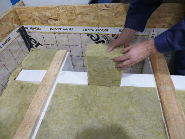8. Prostor mezi kříži a mezeru u boční stěny je třeba také vyplnit minerální izolací.