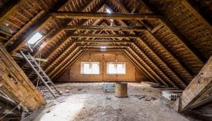 Podkrovní místnosti vnovostavbách bývají často využívané kbydlení. Vtěchto případech bývá zaizolována i střecha. A to mezi a pod krokvemi přímo zvnitřního prostoru, či je zde použitý stále oblíbenější systém nadkrokevního zateplení. V takovém případě je tepelná izolace vložena zvnější strany, takže nedochází kdalšímu snižování stropů vpůdním prostoru.