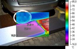 """1b. Sestava bílého a šedého EPS pro určení rozdílu teplot vlivem oslunění a teplotního odrazu. """"Teplotní ovál"""" od odrazu zrcadla se na infrasnímku téměř nezobrazuje. Bílá barva desky odráží sluneční paprsky dále do prostoru a teplotu bílé desky prakticky neovlivňují."""