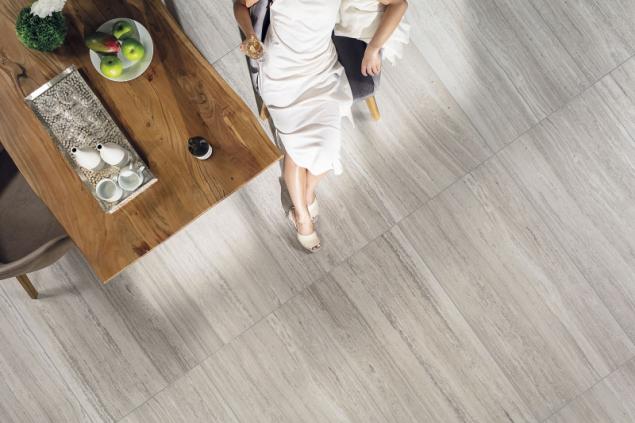 Dlažba Alba se speciální kombinací matného a lesklého povrchu dokonale imituje travertin. Největší formáty jsou 60 x 60 a 60 x 120 cm (RAKO)