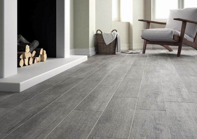 """Dlažba Rustica jak designem, tak formátem (19,5 x 84 cm) vytváří dojem masivní prkenné podlahy. Nabízí se ve třech odstínech, na fotografii """"kouřová"""" Rustica Gris (JIKA)"""