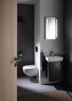 Koupelnová série Geberit Selnova se vyznačuje skvělým poměrem ceny a výkonu svysokou kvalitou, která je se značkou Geberit neodmyslitelně spjatá. Její široký sortiment, oblé i hranaté tvary, modulární nábytek, prostorově úsporné verze do malých koupelen a speciální bezbariérový sortiment nabízí řešení pro jakoukoliv situaci. (Zdroj: GEBERIT)