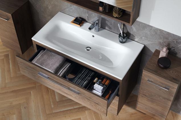 Elegantní umyvadlo se štíhlým okrajem a dobře organizovaný koupelnový nábytek Geberit Selnova (Zdroj: GEBERIT)