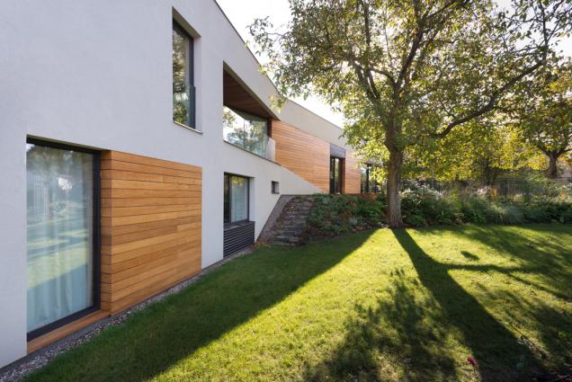 Okna i balkonové dveře (včetně pásu oken v ložnici rodičů) jsou vyrobeny z hliníkových profilů Schüco AWS 75 BS.HI+ s vysoce tepelně izolačním trojsklem.