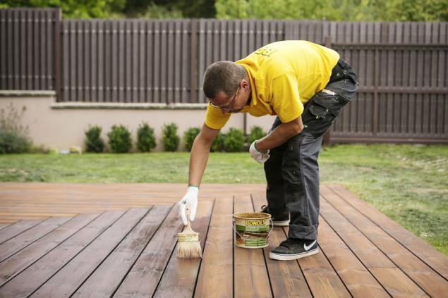 Bondex Extreme Decking Oil je napouštěcí olej na vodní bázi s vysokou penetrační schopností. Na povrchu dřeva vytvoří vodoodpudivý film, který terasu chrání před vlivy počasí a praskáním (BONDEX)