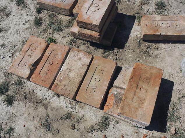 """30cm nosná zeď začíná dvěma tříčtvrtkami, ostatní cihly jsou kladeny """"na vazáky"""""""
