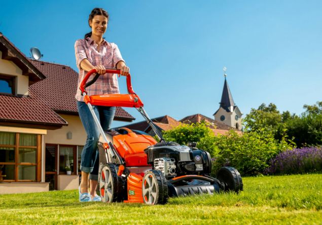 Benzinová rotační sekačka G 48 TBR Allroad Plus 4 má pevné ocelové šasi. Pohyb v nerovném terénu usnadňují velká kola uložená na kuličkových ložiscích. Samozřejmostí je centrální nastavení výšky sečení