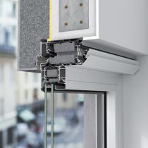 Ventilační systém Schüco VentoFrame Asonic Comfort obsahuje vnější samoregulační klapku a také vnitřní klapku, kterou lze manuálně ovládat, a zajistit tak optimální průtok vzduchu dle individuálních potřeb uživatelů. Zvukově izolační pěna zajišťuje efektivní tlumení hluku (zdroj: Schüco International KG)
