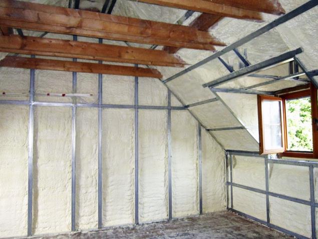 """Stříkaná tepelná izolace souvisle """"obalí"""" všechny povrchy. Stěny a stropy se pak obloží SDK deskami montovanými na hliníkové profily"""