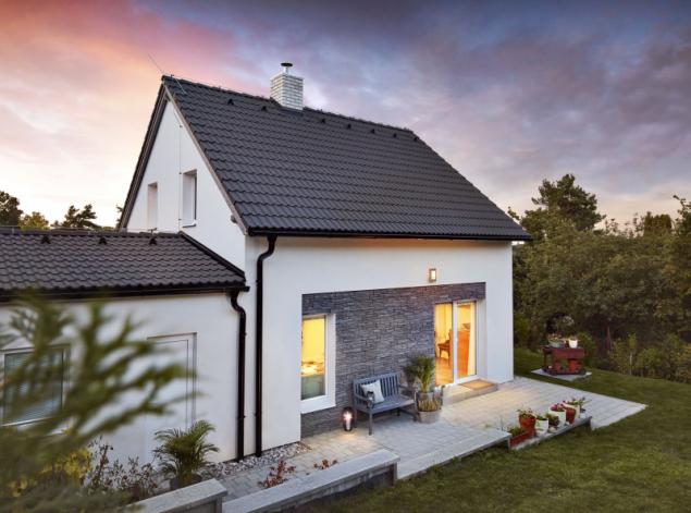 Jednoduchý tvar a promyšlená dispozice se stavebníkům hned zalíbily. Terasa vedle obývacího pokoje je k nezaplacení