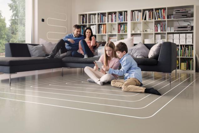 Podlahové vytápění REHAU zajistí rovnoměrné rozložení tepla po celé místnosti. Na rozdíl od jednotlivých topných těles zahřívá místnost rovnoměrně, teplo se dostane všude a netvoří se studené nebo příliš teplé zóny (zdroj: REHAU)