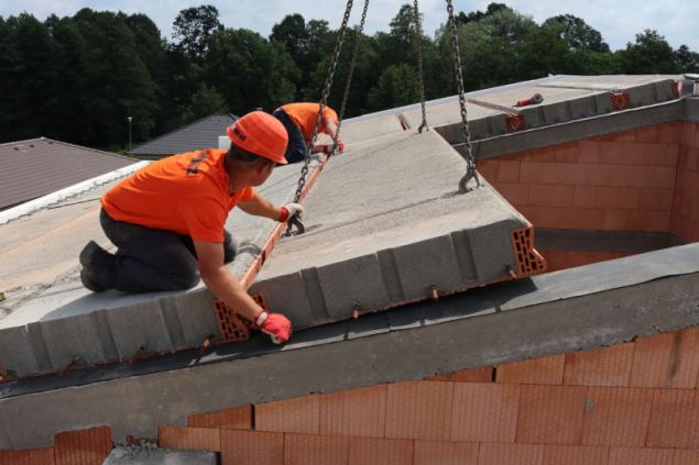 Panely se ukládají pomocí jeřábu od okapové hrany směrem k hřebeni střechy. Konstrukce těžké šikmé střechy je použitelná pro obdélníkový půdorys domu a sedlovou nebo pultovou střechu. Maximální světlost místností je 6,0 m. Hloubka uložení činí minimálně 125 mm, na vnitřní nosné stěny s hloubkou 240 mm to je potom 120 mm