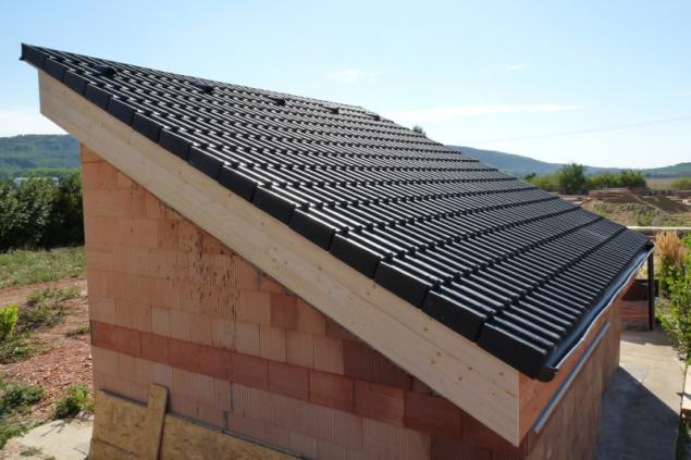 Dokončená střecha se skládanou střešní krytinou. Na vrstvu tepelné izolace se pokládá pojistná hydroizolace. Následuje připevnění střešních latí a kontralatí, na které se pokládá krytina
