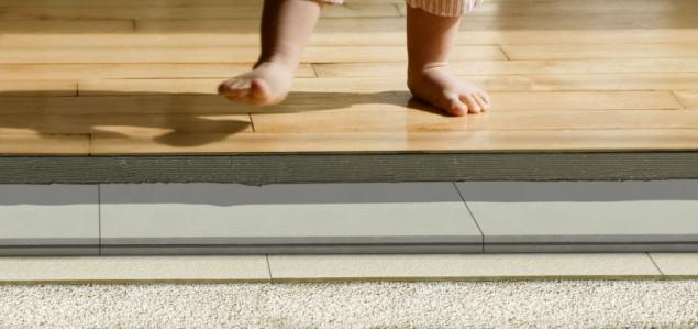 Cementová deska AQUAPANEL Floor bez organických složek a dřevních hmot má perfektní odolnost a stabilitu, je primárně vhodná pro následné lepení dlažby případně i jiných podlahových krytin (zdroj: Knauf)