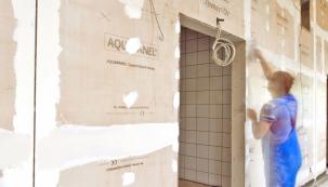 Chceme-li mít jistotu, že vlhkost vbudoucnu nenaruší novou konstrukci, je tu kdispozici ideální partner vpodobě desky AQUAPANEL Cement Board Indoor (zdroj: Knauf)