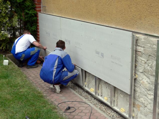 S pomocí cementové desky AQUAPANEL Outdoor lze jednoduše vytvořit konstrukci provětrávaného soklu (zdroj: Knauf)