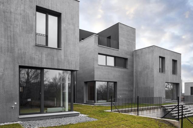 Povrchová úprava omítkou imitující strukturu betonu se k některým typům nízkoenergetických staveb vysloveně hodí
